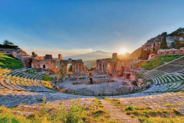 il teatro greco di taormina vacanza in sicilia viaggio